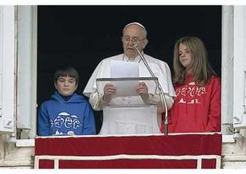 Papa Francesco all'Angelus con i ragazzi